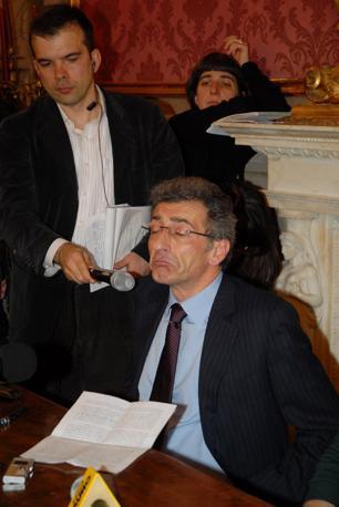 Il sindaco durante la conferenza stampa