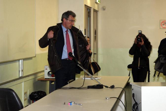 Delbono arriva nell'aula (di viale Berti Pichat) dove tiene la prima lezione dopo 10 anni di congedo