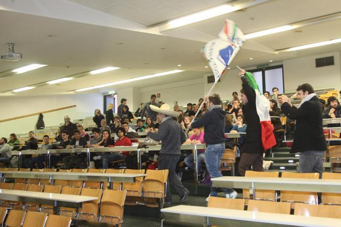 Il blitz degli studenti di Azione universitaria durante la prima lezione di Delbono all'università