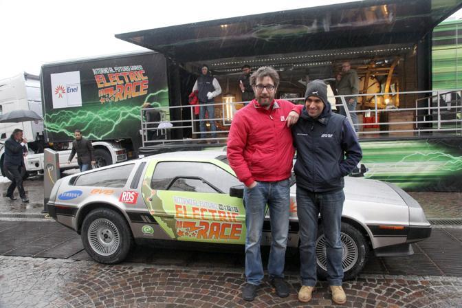 La «mitica» Delorean di «Ritorno al futuro» fa sosta in piazza VIII Agosto.  L'auto , opportunamente modificata per funzionare ad energia elettrica con il contributo di Enel Wired Italia ed e-Cars-Now Italy, è in tour in giro per l'Italia. A bordo,  il blogger Matteo Bordone e Roberto Vezzi