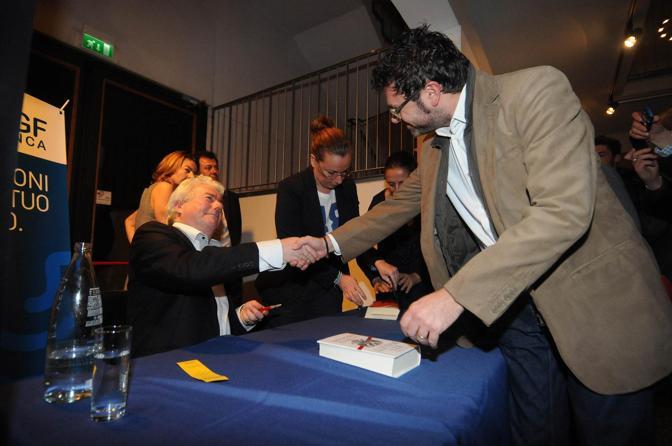 Lo scrittore al momento degli autografi