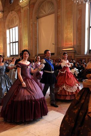 Cavalieri e dame, come si chiamavano i danzatori nell'Ottocento. Vestiti con gli abiti del tempo e alle prese con quadriglie, valzer, polke e mazurke figurate. Con attaccata al petto la coccarda tricolore. Perch� il Gran ballo risorgimentale, andato in scena a Palazzo Re Enzo il primo di gennaio, ha ricostruito l'atmosfera delle feste del XIX secolo organizzate dai patrioti per celebrare i momenti che portarono all'Unit� d'Italia.