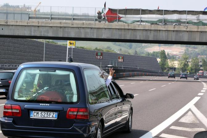 Hanno aspettato su un cavalcavia, per dare l'ultimo - simbolico - saluto a Vittorio Arrigoni. Attorno all'ora di pranzo il carro funebre che portava la salma dell'attivista ucciso a Gaza da Roma - dove ieri è stata eseguita l'autopsia - a Bulciago (Lecco) è passato in autostrada all'altezza dell'area di servizio Cantagallo, fuori Bologna. Ad aspettare l'auto c'era un gruppo di persone (e amici di Arrigoni), con una grande bandiera palestinese appesa da un cavalcavia di Casalecchio
