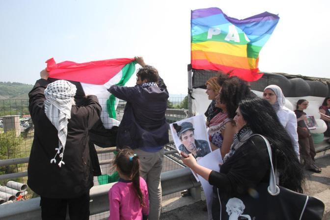 Hanno aspettato su un cavalcavia, per dare l'ultimo - simbolico - saluto a Vittorio Arrigoni. Attorno all'ora di pranzo il carro funebre che portava la salma dell'attivista ucciso a Gaza da Roma - dove ieri è stata eseguita l'autopsia - a Bulciago (Lecco) è passato in autostrada all'altezza dell'area di servizio Cantagallo, fuori Bologna. Ad aspettare l'auto c'era un gruppo di attivisti (e amici di Arrigoni), con una grande bandiera palestinese appesa da un cavalcavia di Casalecchio