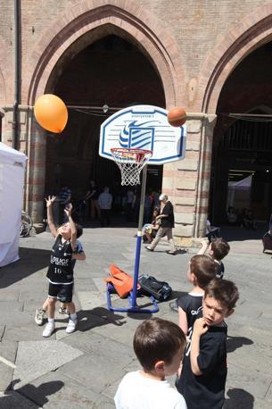 La storica società bolognese compie 140 anni e porta in piazza Maggiore giovani atleti