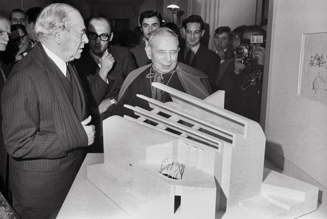 1965: l'architetto Alvar Aalto mostra al cardinale Giacomo Lercaro il plastico della chiesa che verrà edificata a Riola di Vergato Questo progetto l unico in Italia di Aalto e rimase sospeso per molto tempo (foto Walter Breveglieri)