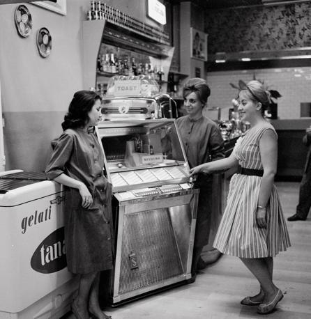 Ragazze attorno a un juke-box Uno dei simboli degli anni Sessanta (foto Walter Breveglieri)