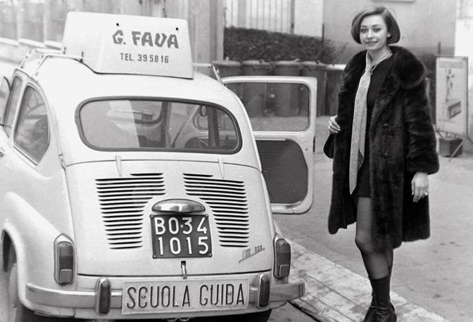 Raffaella Carrà in minigonna a lezione di scuola guida (foto Walter Breveglieri)