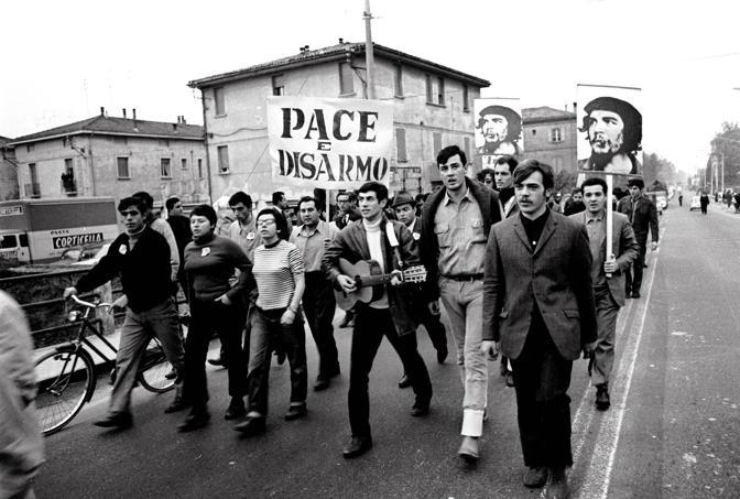 1967: marcia per la pace sulla via Emilia (archivio Camerachiara)