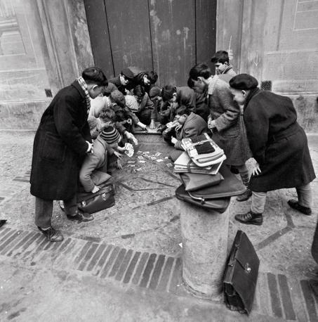 1960: ragazzi giocano con le figurine Panini della collezione Calciatori (Foto Walter Breveglieri)