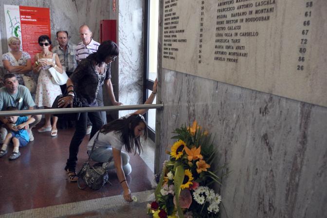 In stazione, la lapide nella sala d'attesa che ricorda i nomi delle vittime