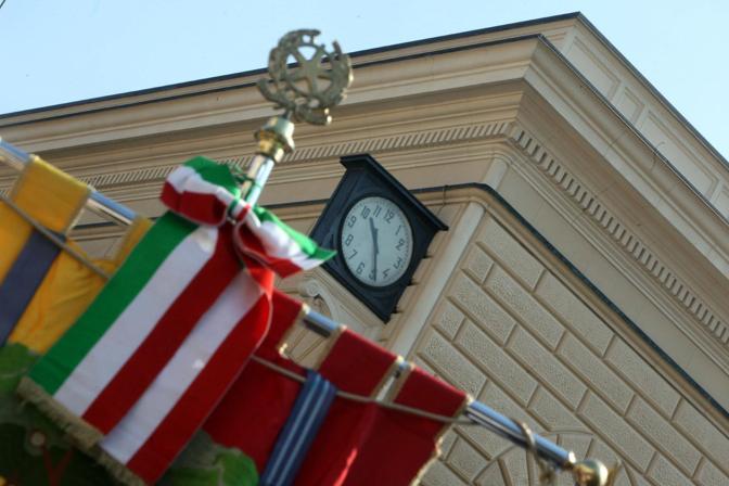L'orologio della stazione, fermo alle 10,25, ora in cui scoppiò la bomba