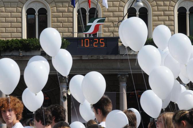 I bambini della scuola di pace di Marzabotto, al termine del minuto di silenzio, hanno lasciato volare 85 palloncini bianchi