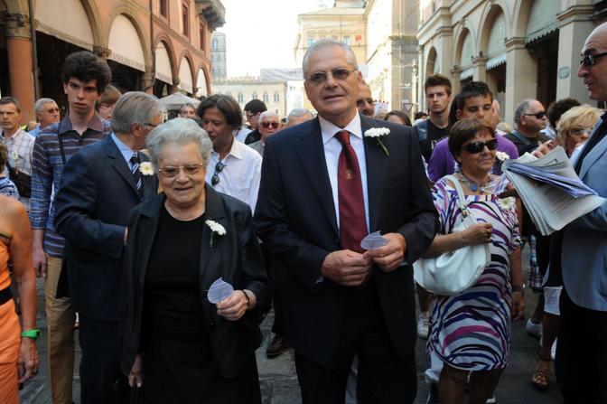 Paolo Bolognesi in testa al corteo, con al petto la gerbera bianca