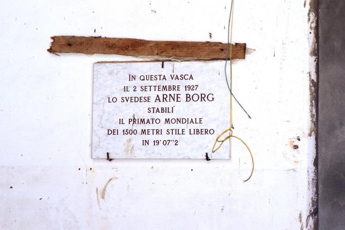 Quello della piscina scoperta del Dall'Ara è uno dei casi più spinosi. Con una vasca da 50 metri e dotata di tribune, è inagibile dal 2000. Intanto si utilizza quella, più piccola, al coperto.