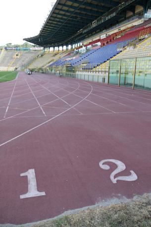 L'anello per l'atletica dello stadio Dall'Ara è inagibile, pieno di buche e totalmente rovinato.