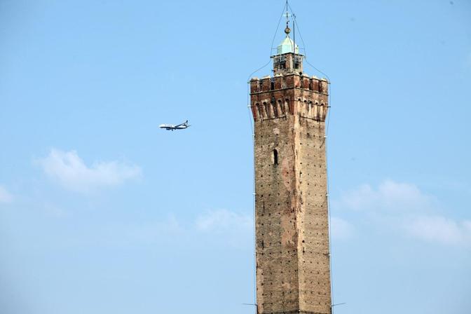 La torre degli Asinelli vista dalla terrazza della basilica