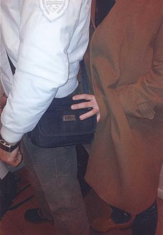 Il cappotto con cui i due ladri fermati dalla polizia ferroviaria mettevano a segno i loro «colpi»