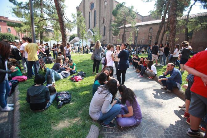 I ragazzi evacuati in piazza San Francesco