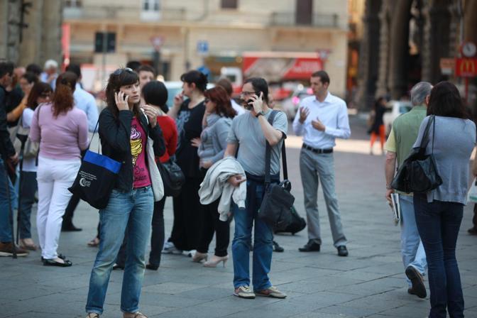 Nel cortile di Palazzo d'Accursio, la corsa ai cellulari per rassicurare parenti e amici