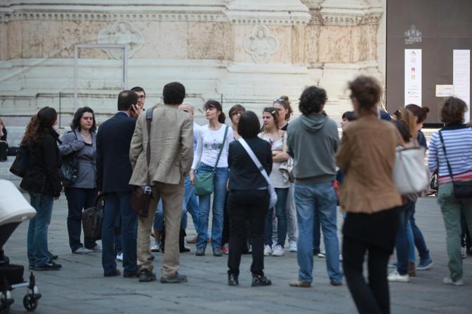Nel cortile di Palazzo d'Accursio, la gente scende in strada