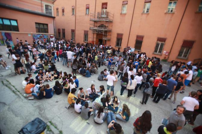 I ragazzi del Liceo Minghetti evacuati da scuola