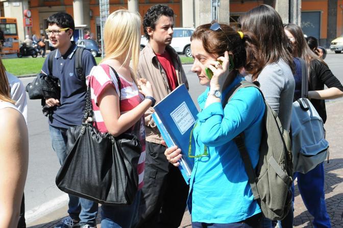 Gli studenti delle Rubiani evacuano da scuola e si radunano in piazza dei Martiri
