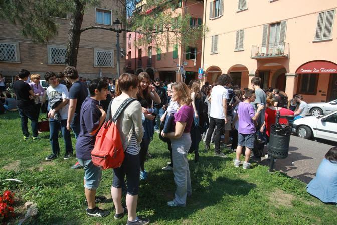 Gli studenti evacuati in piazza San Francesco
