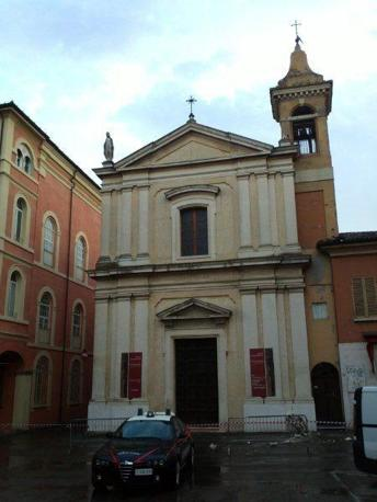 San Giovanni in Persiceto, la chiesa del Crocefisso, in Piazza Cavour, transennata