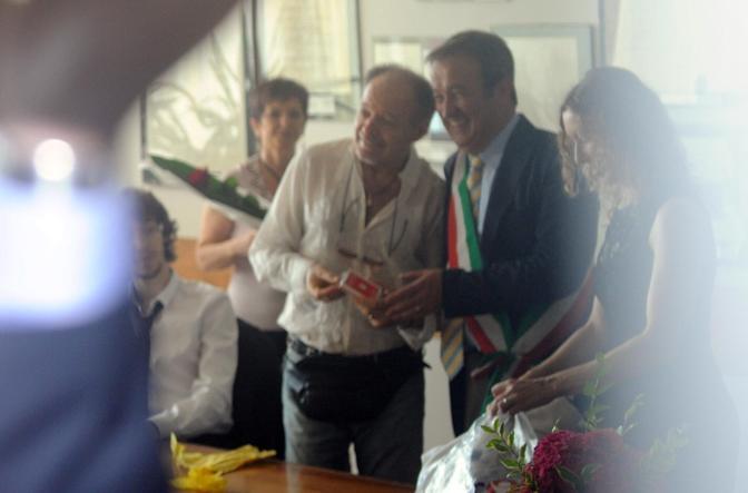 Vasco e Laura con il vicesindaco Francesco Bagnaroli, amico di famiglia, che li ha sposati