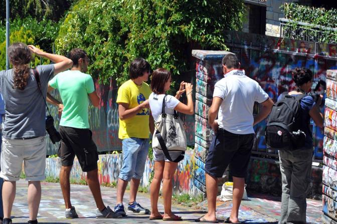 Fans davanti alla casa di Vasco a Zocca