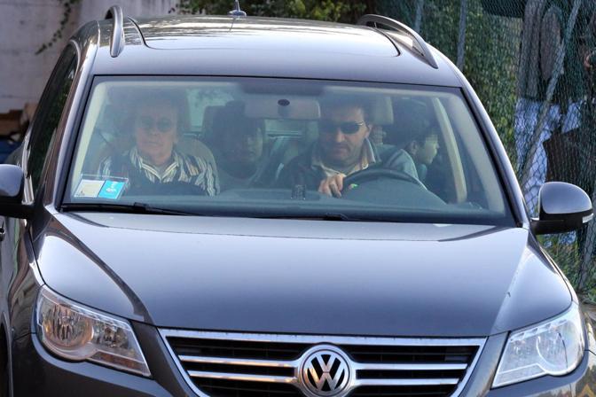 L'uscita dell'auto con i parenti della Franzoni dalla parrocchia