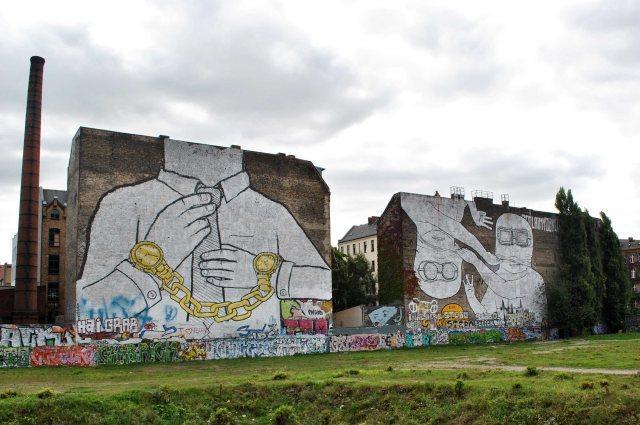 Il graffito di Blu a Berlino, in Germania