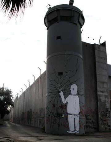 Il graffito di Blu realizzato a Betlemme, in Palestina