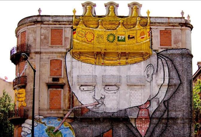 Il graffito su un palazzo di Lisbona, in Portogallo, per cui il quotidianoThe Guardian ha inserito Blu tra i dieci migliori writer del mondo