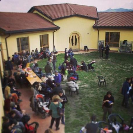 I soci della cooperativa Arvaia, in via Olmetola a Borgo Panigale, partecipano al lavoro nei campi  e poi mangiano i prodotti che aiutano a coltivare e distribuire. Un'evoluzione dei Gruppi di acquisto solidale che riesce a dare lavoro a persone che hanno scelto la vita contadina