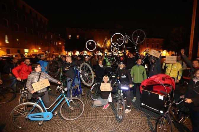 Erano un centinaio i ciclisti che si sono riuniti mercoledì sera in piazza San Francesco per una «Mobility mass» contro i furti di bici. Il corteo ha concluso la sfilata in piazza Verdi.