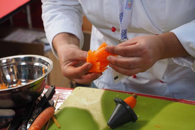 Temperando le carote si possono creare fiori e cornucopie.