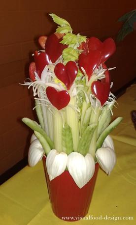 Cuori e fiori. Un mazzo di fiori con finocchi, peperoni e sedano. Facile e romanticissimo. Per un pinzimonio d'amore.