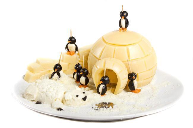Igloo di formaggio. Un paesaggio polare di formaggio con pingu-olive. Di difficoltà media, ma di sicuro effetto. Le pingu-olive sono olive farcite di mozzarella da gustare come stuzzichino per poi buttarsi sull'igloo.