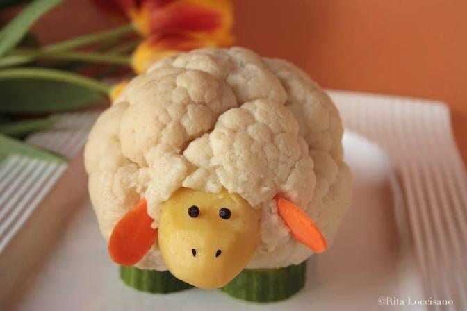 """Agnellino di cavolfiore. Ideale per una Pasqua vegetariana e per stimolare l'appetito dei più piccoli. Secondo le indicazioni di """"visual food"""" bastano 30 minuti di lavoro."""