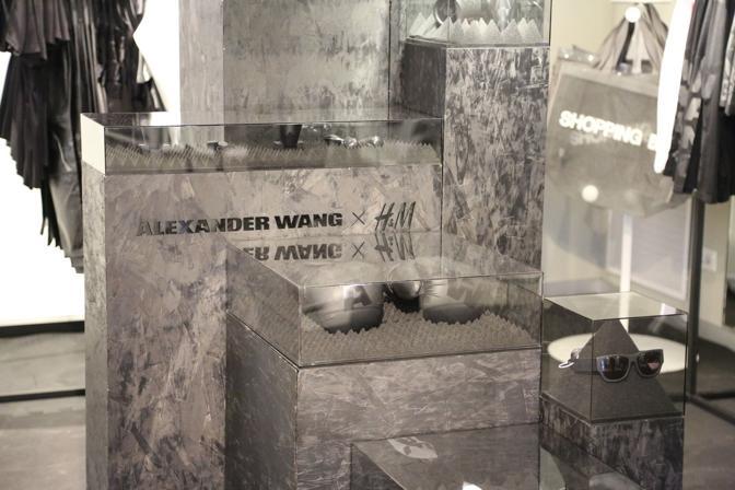 Per la capsule firmata da Alexander Wang per H&M c'è chi arrivato alle 3 e mezza della notte. L'appuntamento con la collezione griffata del colosso della moda svedese è sempre un must per fashion-nottambuli. Bisogna prender posto con un netto anticipo sull'apertura del negozio, al fine di assicurarsi l'ambito braccialettino rosso che permette di entrare per primi. Il taglio degli articoli firmato da Wang era decisamente sportivo (top, felpe, guantoni da box), total black, con qualche concessione al bianco e al grigio, e di stile metropolitano. Ad andare a ruba sono state per prime le felpe in poliestere. Se le donne sceglievano nell'ormai mitico ring di H&M (dieci minuti per assicurarsi al massimo un pezzo per ogni capo proposto), gli uomini avevano libero accesso al loro corner all'ultimo piano.  Per aggiudicarsi gli ambiti capi dello stilista statunitense, nello store di via Indipendenza, rispetto alle collezioni precedenti (firmate da Isabel Marant, Versace, Martin Margiela e compagnia sfilante) c'era un po' meno gente a far la coda dalle prime ore della giornata. Sebbene molto ambita, la collezione sporty chic presentata era concettualmente più complicata di quelle passate. Ha soddisfatto comunque gli appassionati di moda di Bologna e dintorni, che sono usciti palesemente soddisfatti dal negozio. (Francesca Blesio)