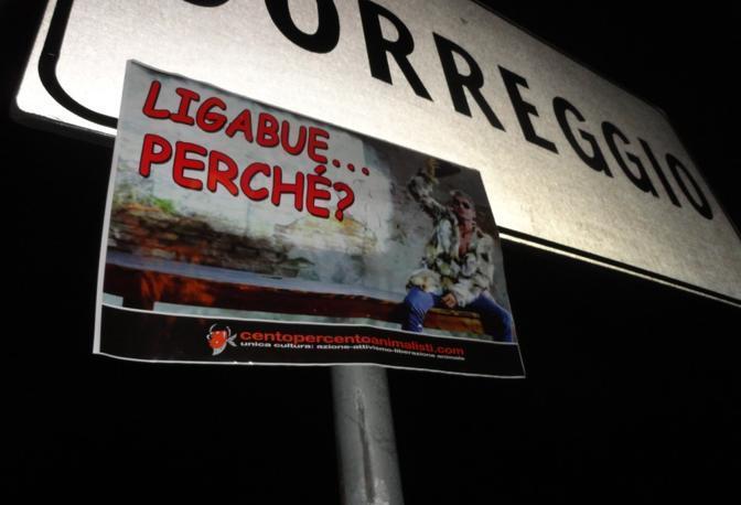 Le locandine affisse a Correggio (foto dal sito www.centopercentoanimalisti.mobi/)