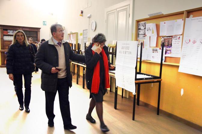 Romano Prodi arriva al seggio