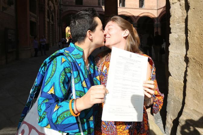 Rebecca Hetherington e Eleonora Tadolini sono la prima coppia a presentare la documentazione per la trascrizione delle loro nozze, celebrate all'estero, all'ufficio Anagrafe del Comune di Bologna