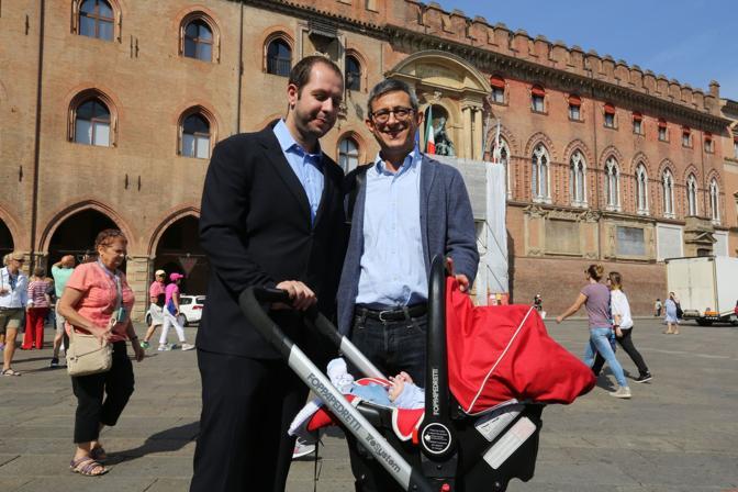 Hanno chiesto la trascrizione del matrimonio anche il senatore pd Sergio Lo Giudice e Michele Giarratano, qui con il loro piccolo Luca