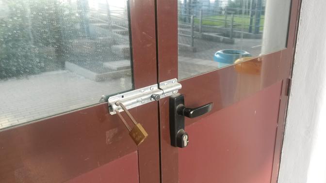 Stazione di Mirandola: foto dei servizi igienici chiusi con robusta serratura