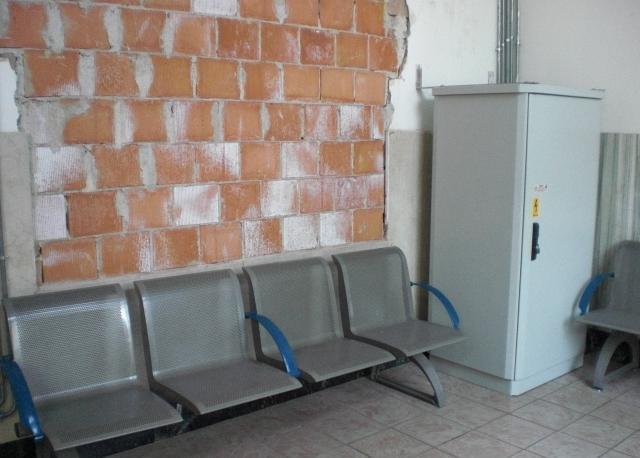 San Felice sul Panaro (MO): una foto della sala d'aspetto dove si vede un termosifone che però in inverno non funziona