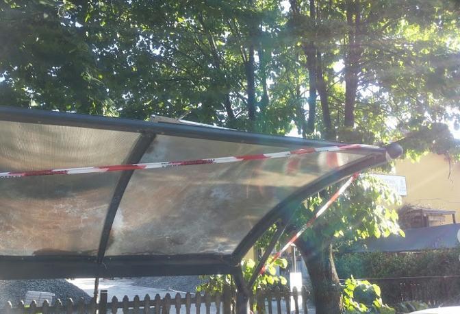 La copertura rotta della rastrelliera per biciclette della stazione di Pianoro