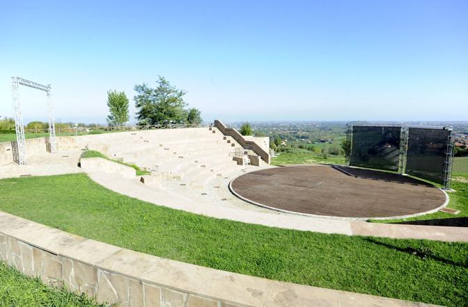 Teatro Aperto (Poggio Torriana – Rimini) Inaugurato il 22 giugno 2003, uno spazio spettacoli all'aperto con circa 400 posti a sedere: una terrazza su una sommità verde che abbraccia tutta la costa romagnola, dai lidi di Ravenna a Cattolica. Un auditorium aperto, appunto, alla brezza del mare